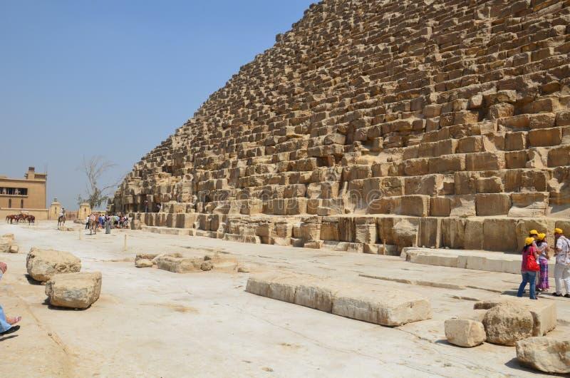 Pyramid i sanddamm under gråa moln royaltyfri foto
