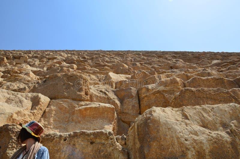Pyramid i sanddamm under gråa moln royaltyfria foton