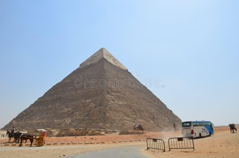 Pyramid i sanddamm under gråa moln arkivfoto