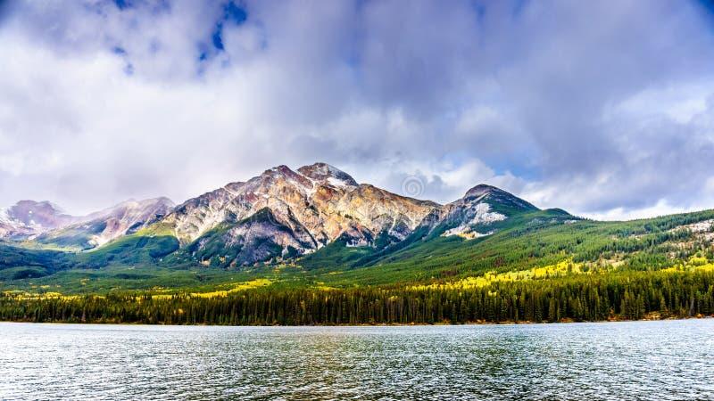 Pyramid See und Pyramiden-Berg nahe der Stadt des Jaspisses in Jasper National Park in kanadischen Rocky Mountains stockbild
