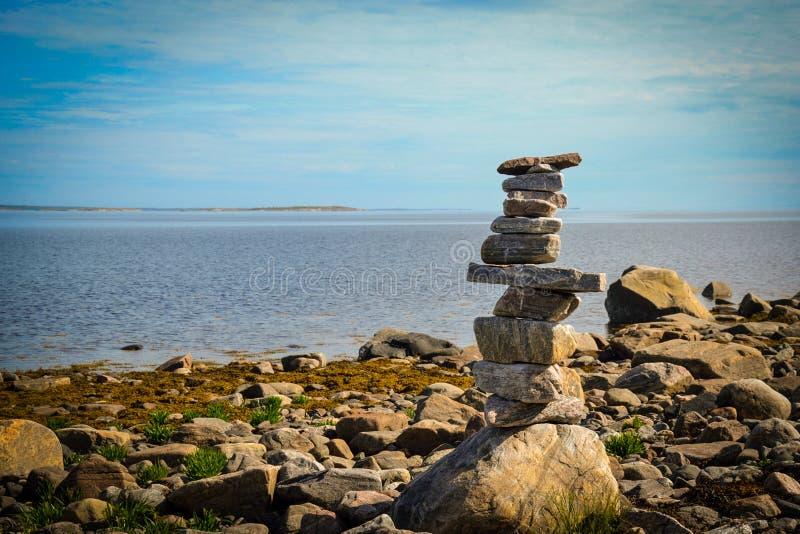 Pyramida på stranden för vitt hav i sommar royaltyfria bilder