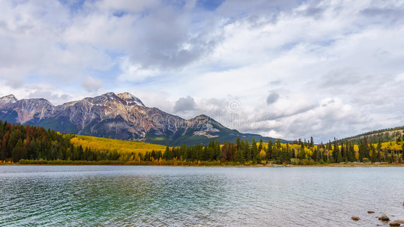 Pyramidberg och Patricia Lake royaltyfria foton