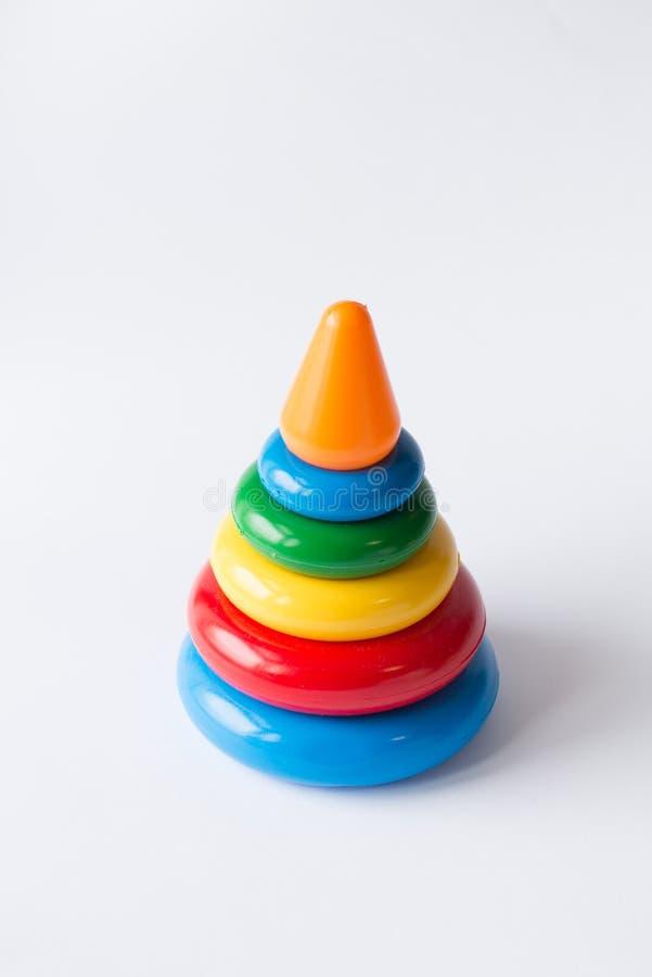 Pyramidbyggande från kulöra cirklar med ett clownhuvud överst Leksaken för behandla som ett barn och små barn joyfully för att lä royaltyfri fotografi