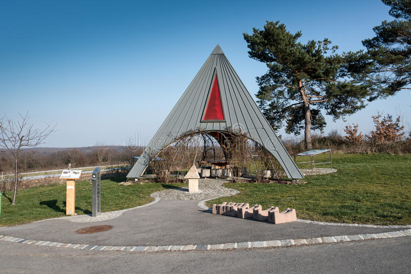 Pyramide和杉树 免版税库存照片