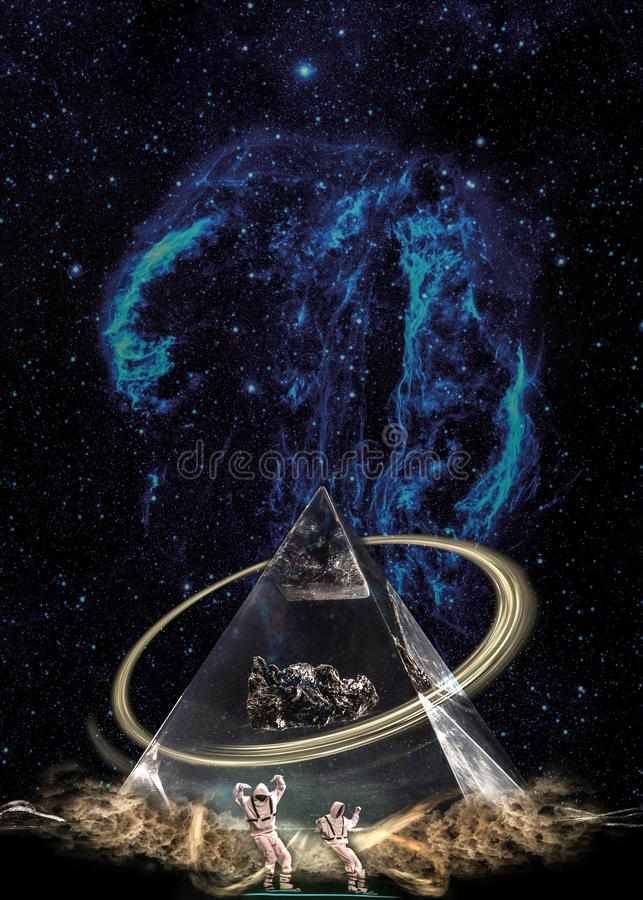 Pyramide ésotérique dans les nuages sous la galaxie étoilée avec anneau et deux figures images stock