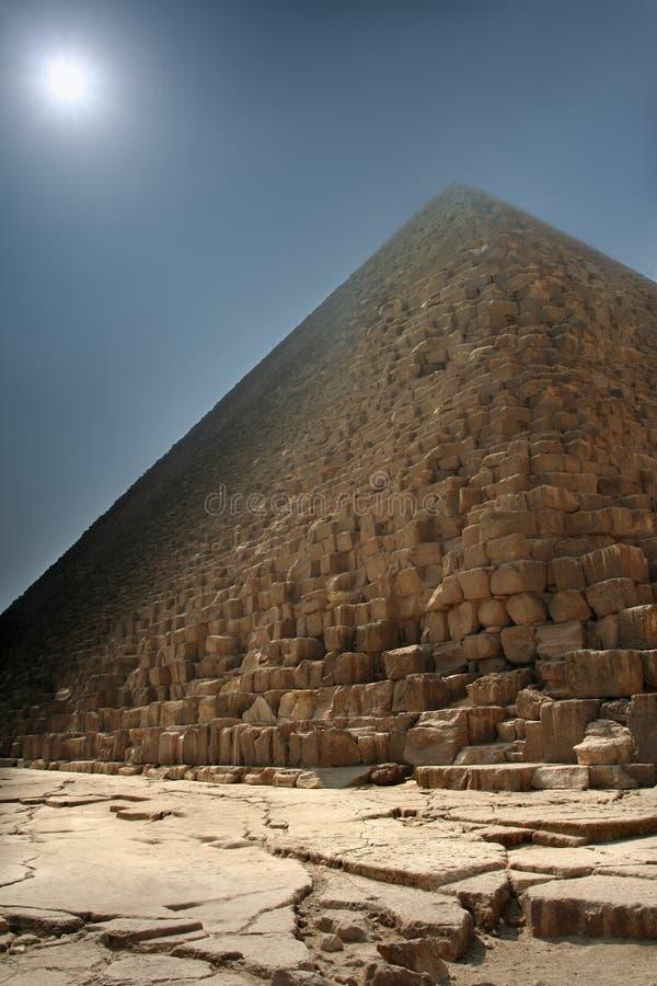Pyramide brumeuse photos stock