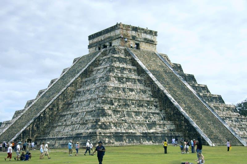 Pyramide Chichen Itza Seitenansicht lizenzfreie stockbilder