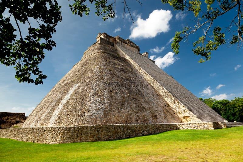 Pyramide d'Adivino dans Uxmal, Mexique images libres de droits