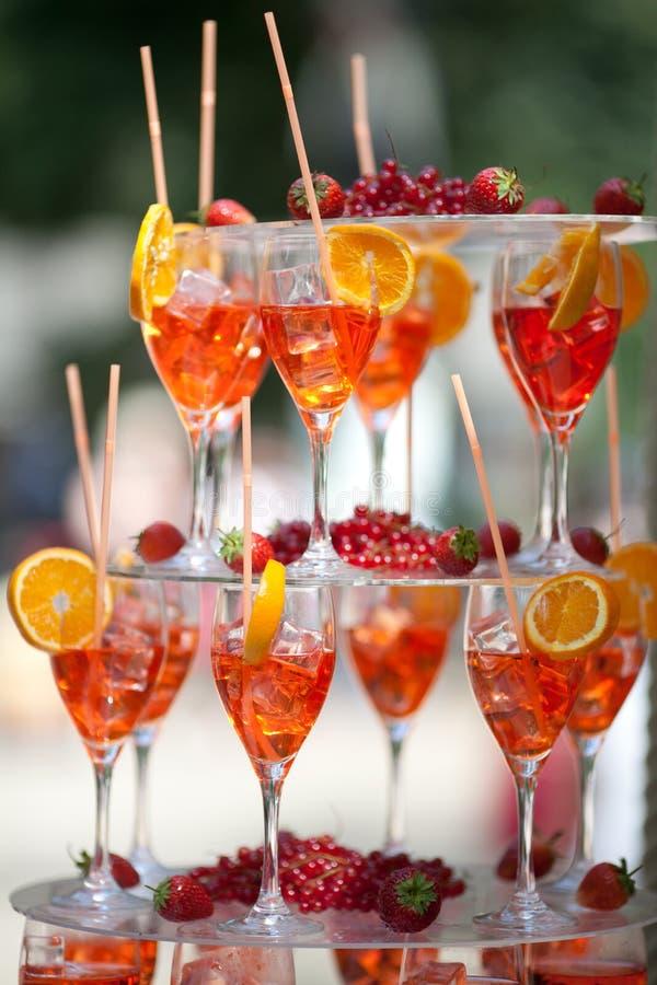 Pyramide de cocktails extérieure photographie stock libre de droits