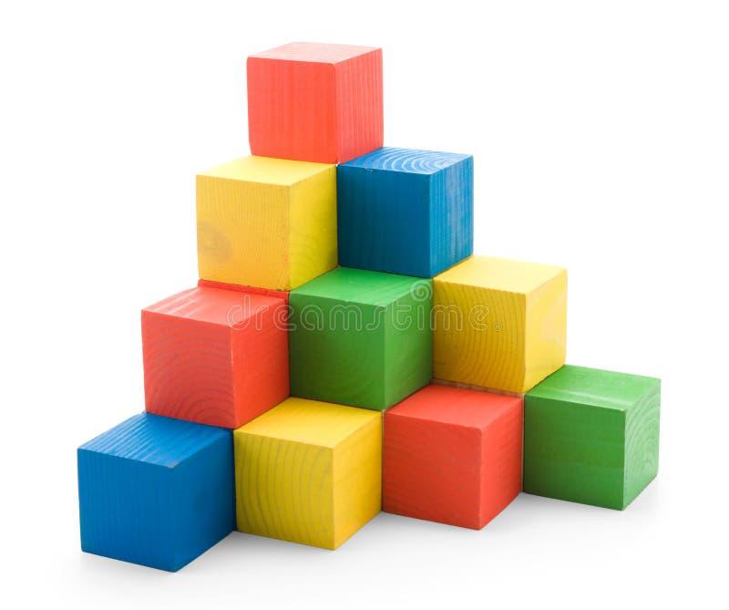 Pyramide de construction colorée en bois des cubes photo stock