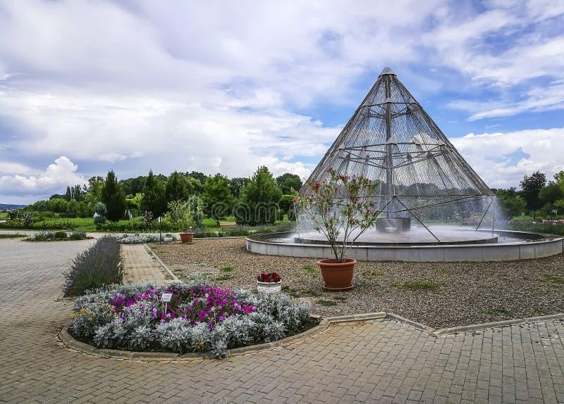Pyramide de fontaine d'eau de jardin botanique de Ploiesti photos libres de droits