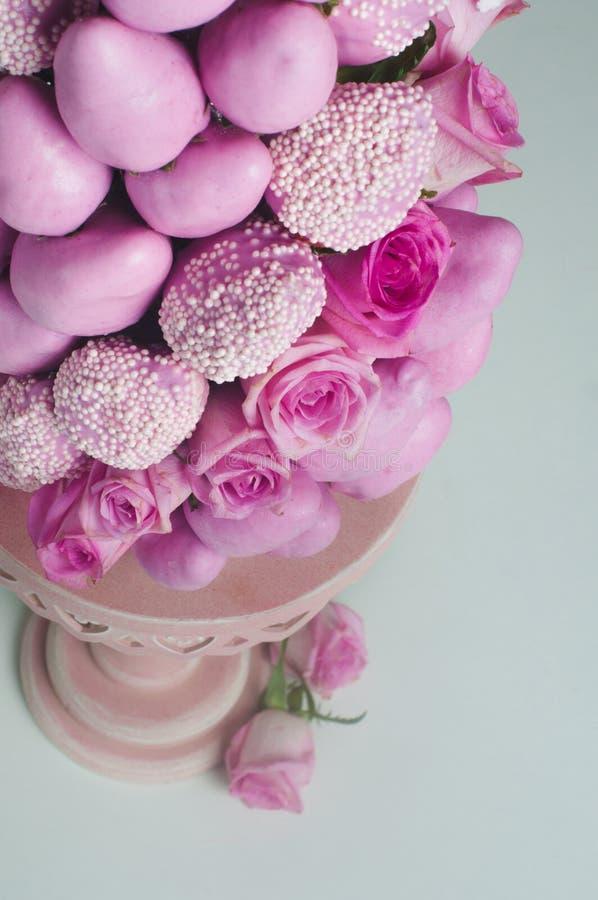 Pyramide de fruit de la fraise fraîche avec les roses roses photos libres de droits