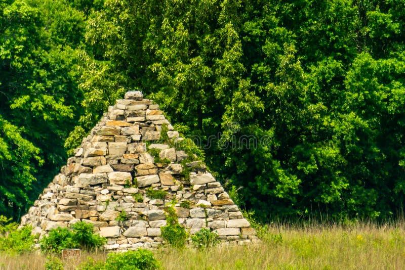 Pyramide de guerre civile sur un champ de bataille photo stock
