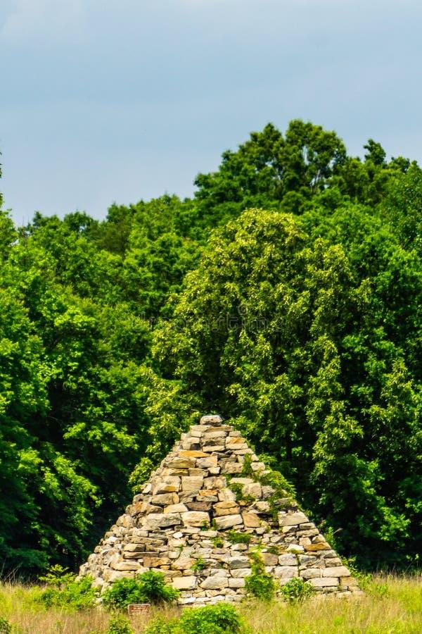 Pyramide de guerre civile sur un champ de bataille photographie stock libre de droits