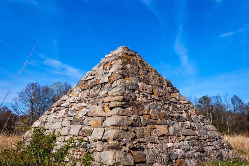 Pyramide de guerre civile sur un champ de bataille photographie stock