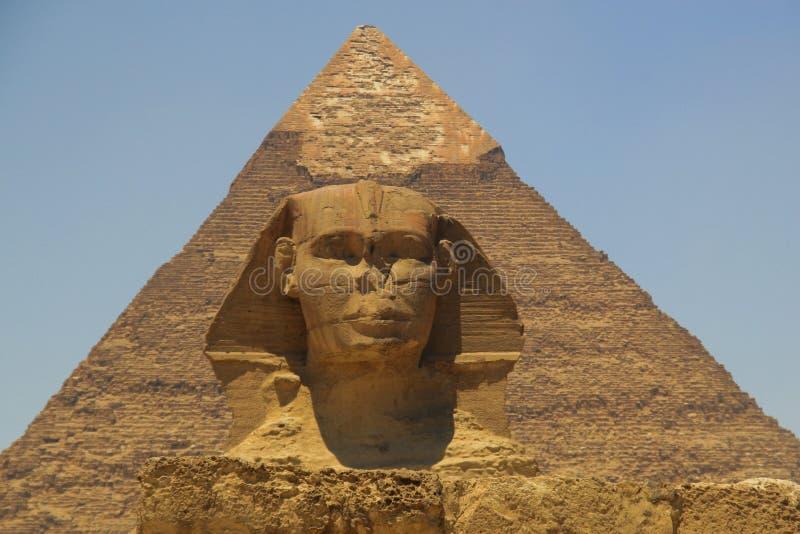 Pyramide de Khafre (Chepren) et le sphinx à Gizeh - au Caire - en Egypte image libre de droits