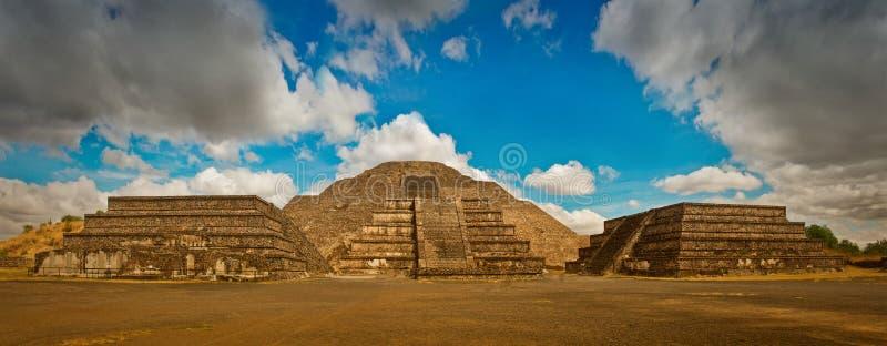 Pyramide de la lune et de la route de la mort dans Teotihuacan images libres de droits