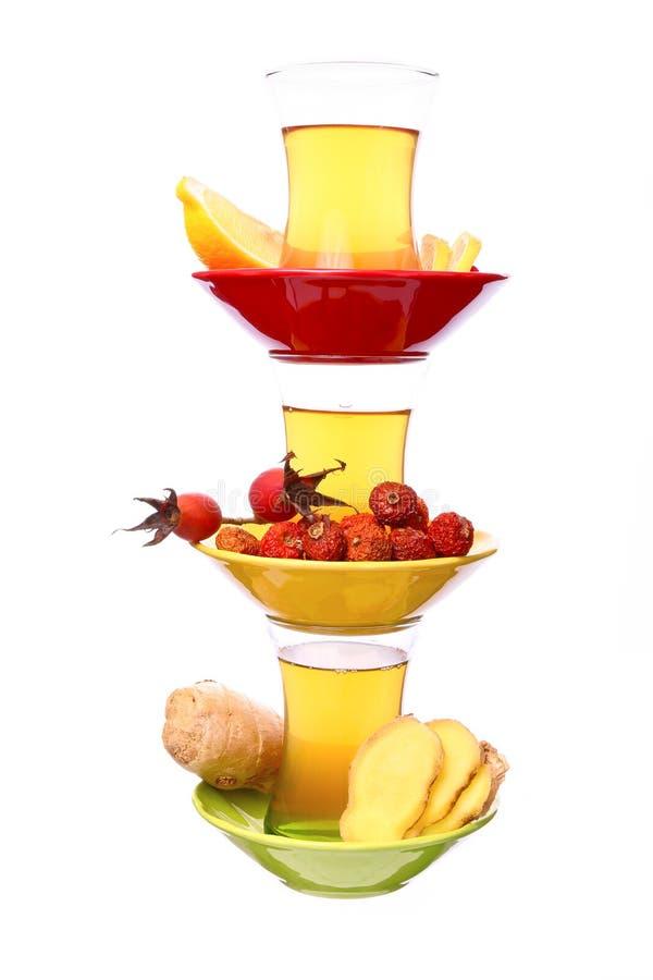 Pyramide de la tasse de thé vert avec le citron, le gingembre et le cynorrhodon image libre de droits