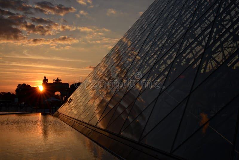 Pyramide de Louvre au coucher du soleil image stock