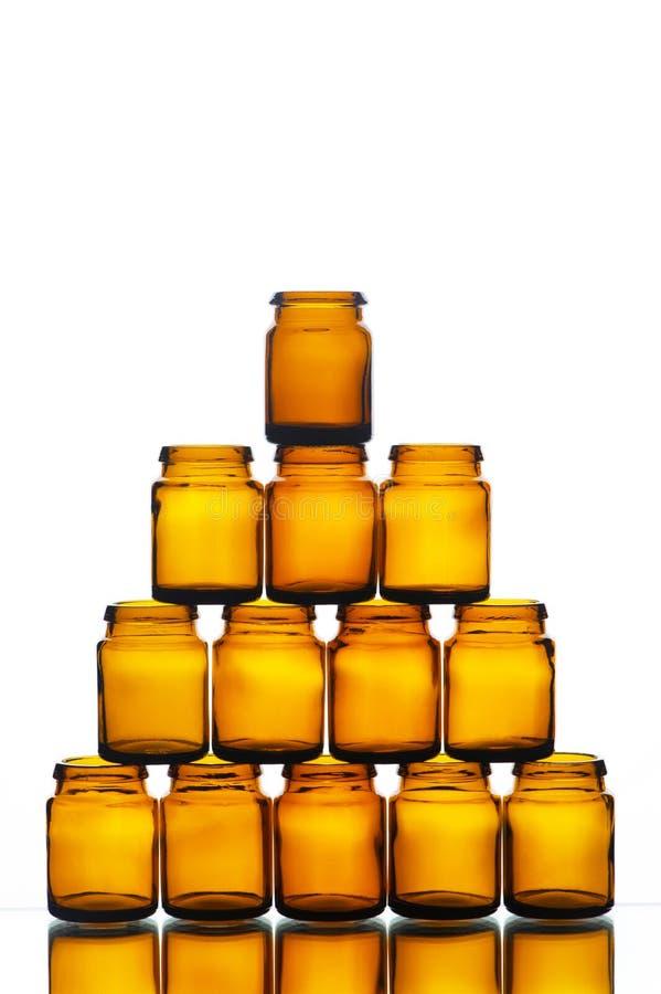 Pyramide de médecine vide ou de bouteilles cosmétiques images stock