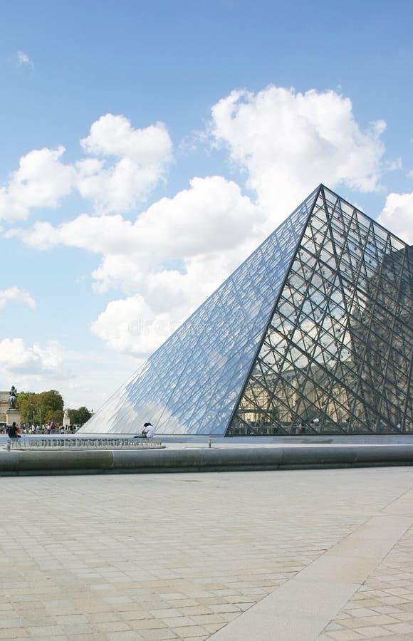 Pyramide de musée d'auvent photos libres de droits