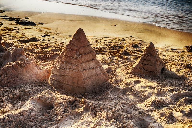 pyramide de sable sur la plage de l'Egypte image libre de droits