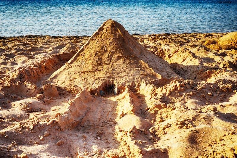 pyramide de sable sur la plage de l'Egypte images libres de droits