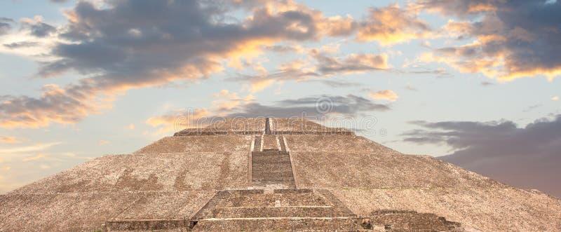 Pyramide de Teotihuacan du soleil. photo stock
