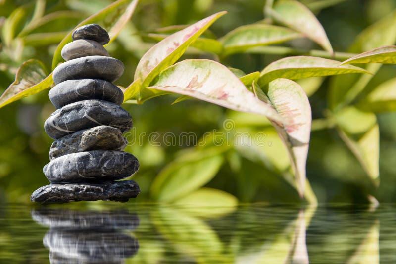 Pyramide de zen de pierre sur l'eau photo stock