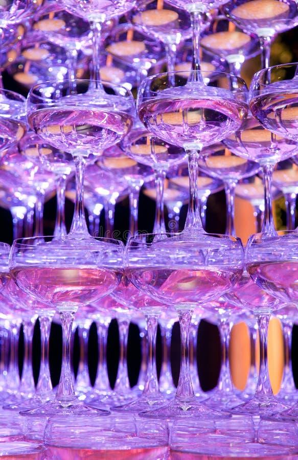 Pyramide der Champagnergläser stockfotografie