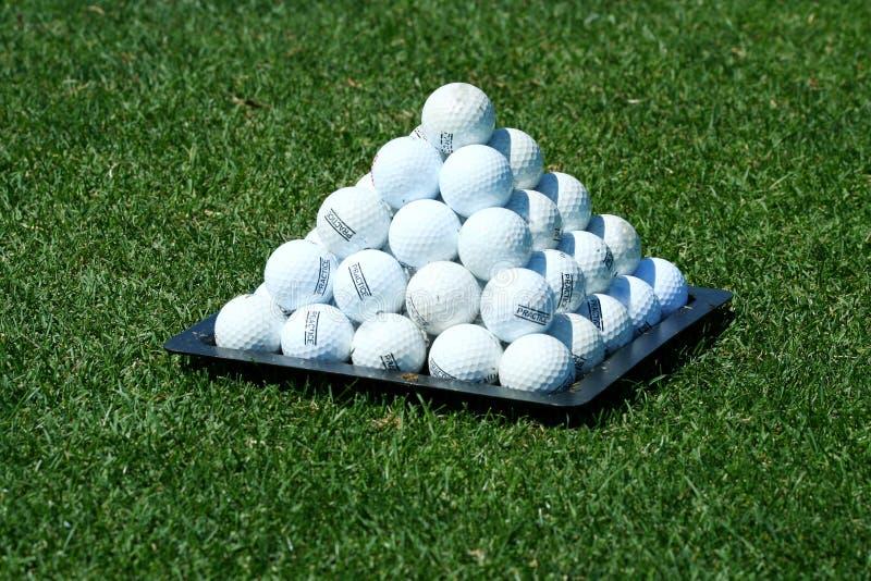 Pyramide des billes de golf de pratique photos stock
