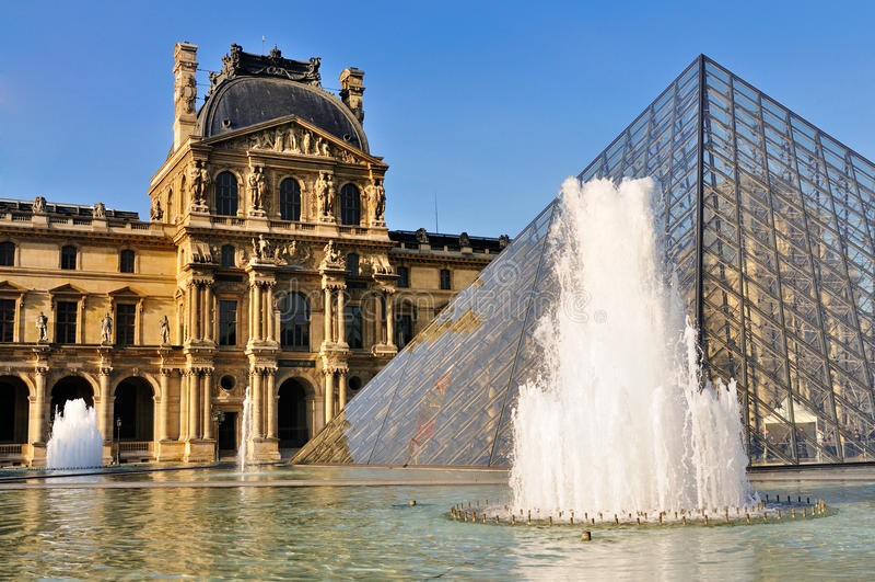 Pyramide des Luftschlitzes, Paris lizenzfreies stockfoto