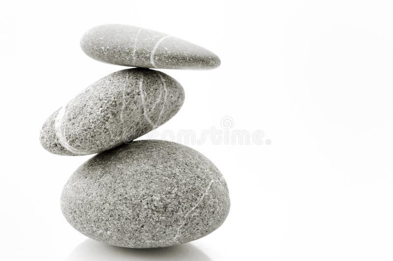 Pyramide des pierres au-dessus du blanc. images libres de droits