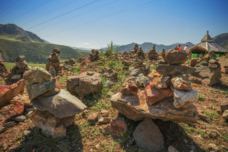 Pyramide des pierres sur un fond des montagnes photographie stock