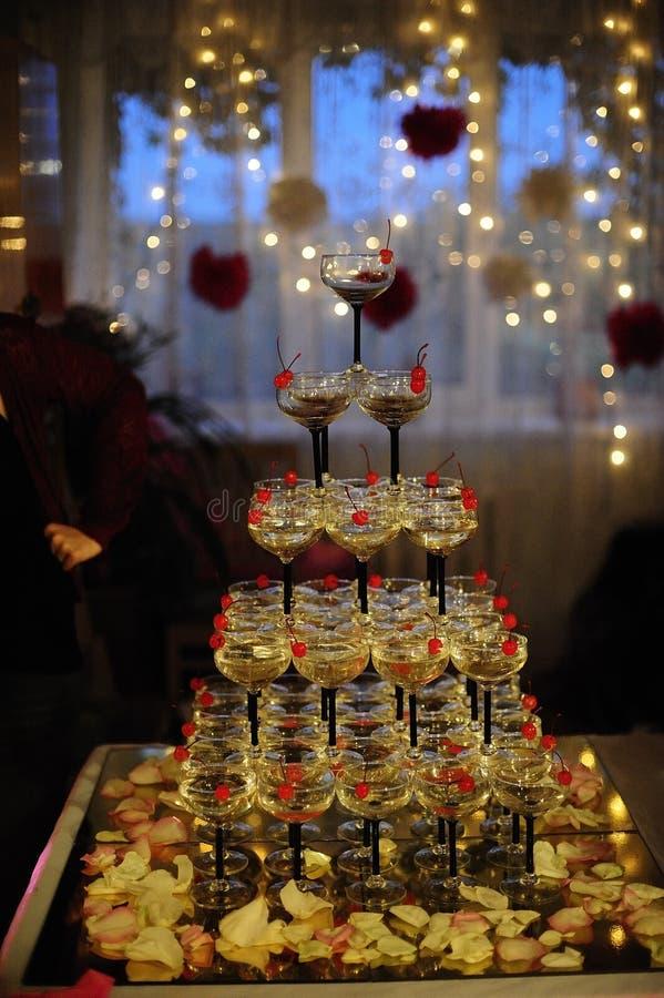 Pyramide des verres de champagne à un mariage photos libres de droits