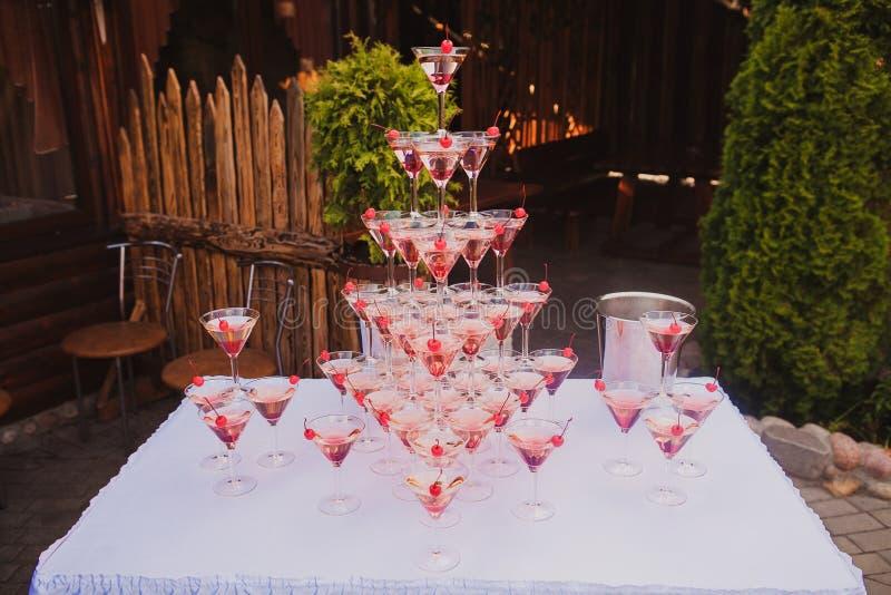 Pyramide des verres vin, champagne photographie stock libre de droits