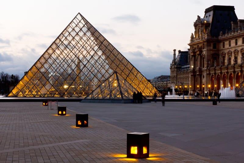 Pyramide du musée Paris d'auvent image libre de droits