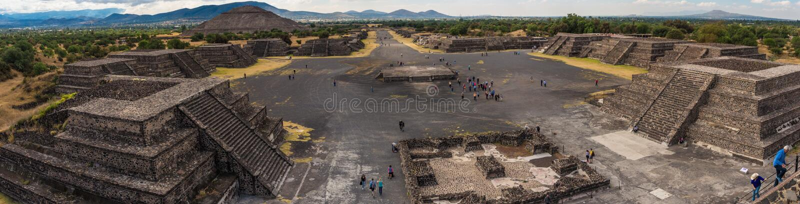 Pyramide du Sun et la route de la mort dans Teotihuacan images libres de droits