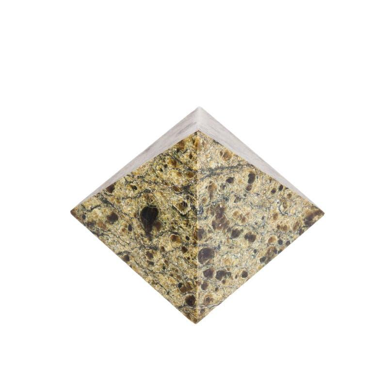 Pyramide en pierre sur un fond blanc photos stock