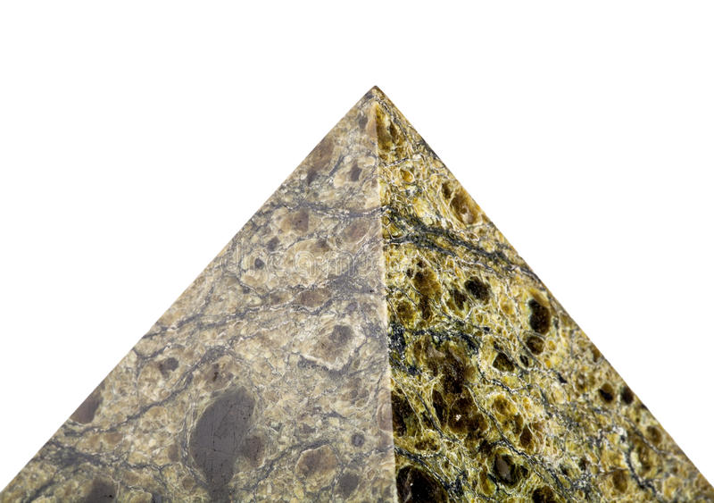 Pyramide en pierre sur un fond blanc image libre de droits