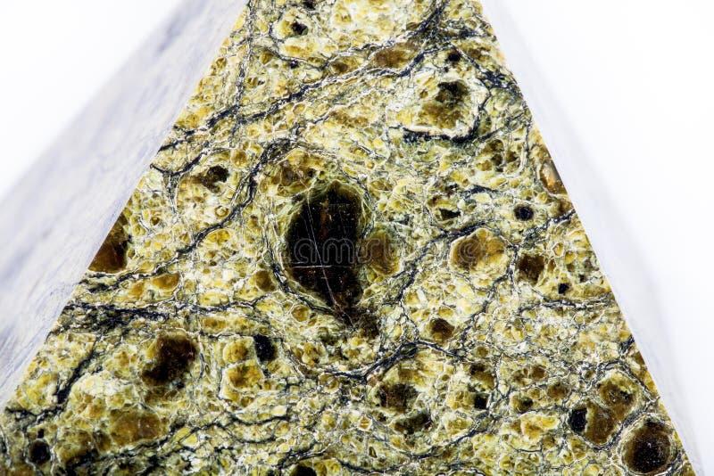 Pyramide en pierre sur un fond blanc Foyer sélectif F peu profond photo libre de droits