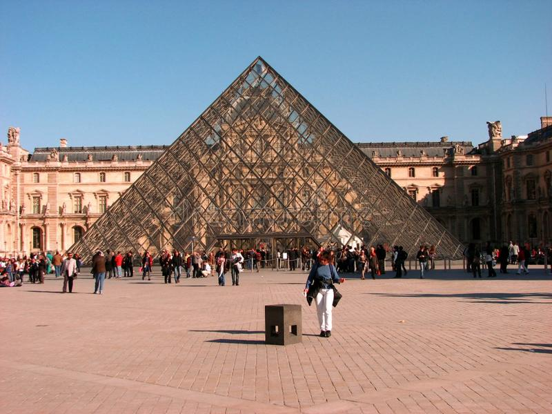 Pyramide en verre au Louvre, Paris photo libre de droits