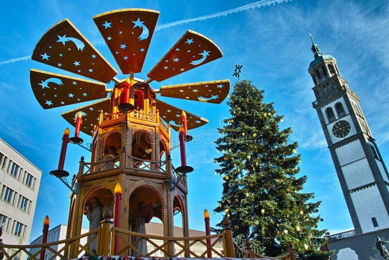 Pyramide et arbre de Noël au bas-angle de place du marché photographie stock libre de droits