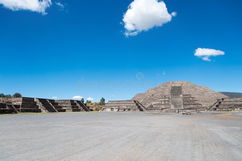 Pyramide et plaza de la lune images stock