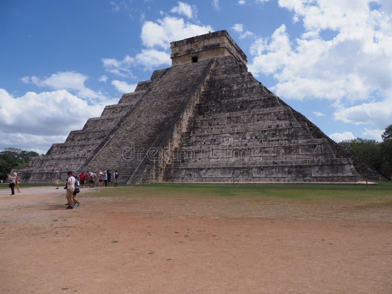 Pyramide et touristes antiques brillants dans la ville maya de Chichen Itza au Mexique, ruines au site archéologique images stock
