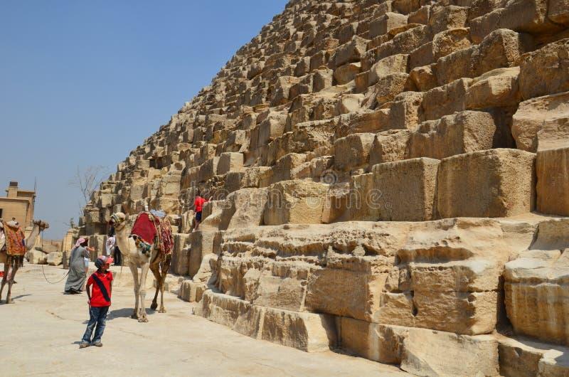 Pyramide im Sandstaub unter grauen Wolken lizenzfreie stockfotos