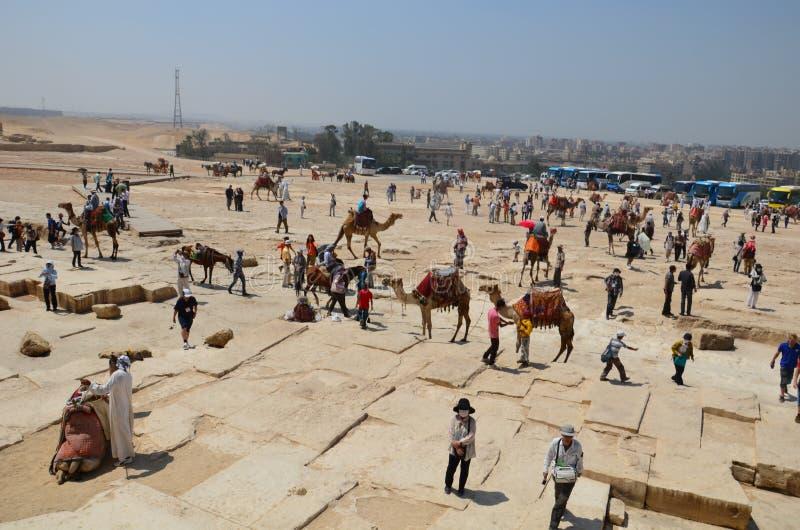 Pyramide im Sandstaub unter grauen Wolken lizenzfreie stockfotografie