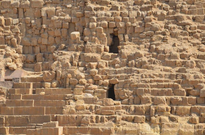 Pyramide im Sandstaub unter grauen Wolken lizenzfreies stockfoto