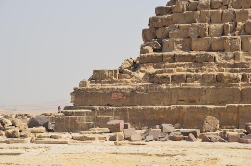 Pyramide im Sandstaub unter grauen Wolken lizenzfreies stockbild