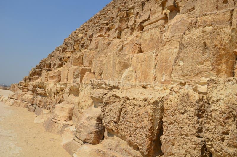Pyramide im Sandstaub unter grauen Wolken stockfoto